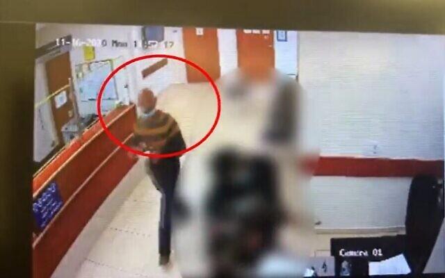 Rafiah Kna'aneh au tribunal, quelques heures avant qu'il poignarde son ex-femme, le 16 novembre 2020. (Capture d'écran Ynet)