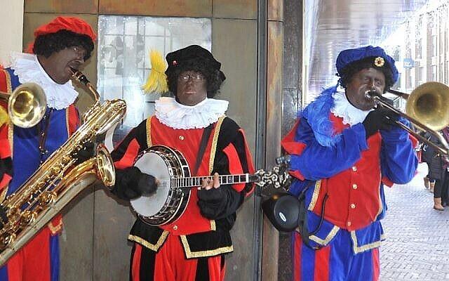 """Des musiciens d'Amsterdam grimés en """"Zwart Piet"""", l'esclave du père Noël néerlandais, Saint-Nicolas (Crédit: Cnaan Liphshiz/JTA)"""