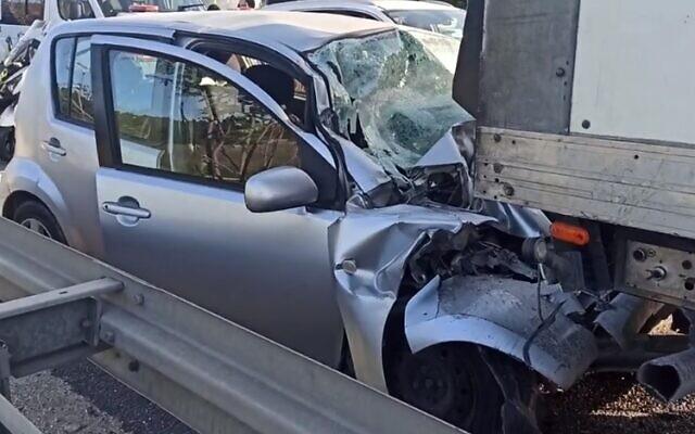 La scène d'un accident de la route qui a tué deux enfants sur la Route 1, le 11 décembre 2020. (Capture d'écran : Ynet)