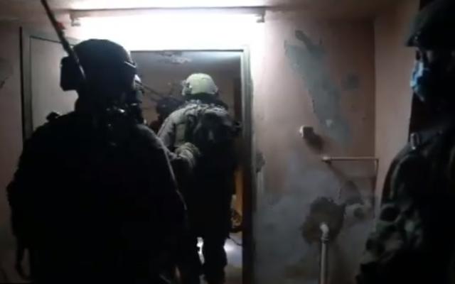 Les troupes militaires cartographient le domicile de Muhammad Mruh Kabha, principal suspect dans le meurtre d'Esther Horgen, avant sa potentielle démolition, dans le village cisjordanien de Tura al-Gharbiya, près de Jénine, le 24 décembre 2020. (Capture d'écran vidéo de Tsahal)