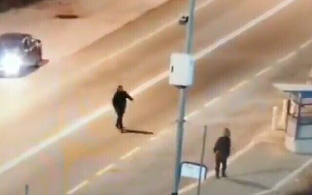 Un Palestinien (à gauche) est vu avec un soldat israélien peu avant de l'attaquer avec un cocktail Molotov dans le nord de la Cisjordanie, le 19 décembre 2020. (capture d'écran vidéo)