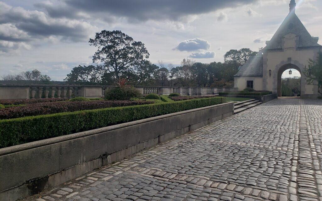 Château d'Oheka à Huntington, New York, le 3 novembre 2020. (Matt Lebovic/The Times of Israel)