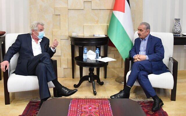 L'envoyé spécial de la Norvège pour le processus de paix au Moyen-Orient Tor Wennesland, à gauche. lors d'une réunion avec le Premier ministre de l'Autorité palestinienne Mohammed Shtayyeh à Ramallah en juin 2020 (Crédit : WAFA)