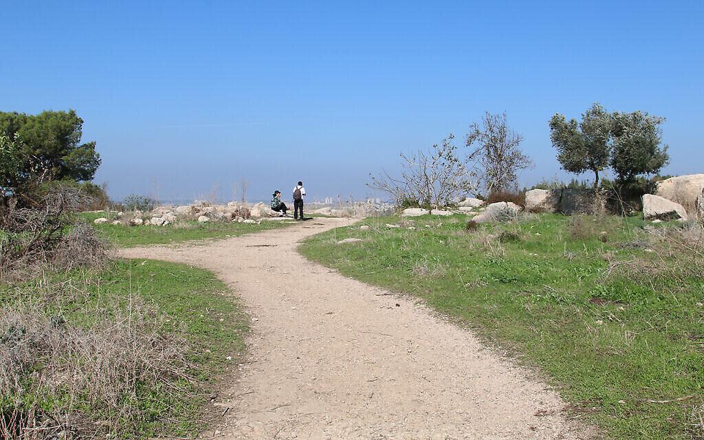 Un sentier pour les visiteurs près des ruines d'Aked, dans le centre d'Israël. (Crédit : shmuel Bar-Am)