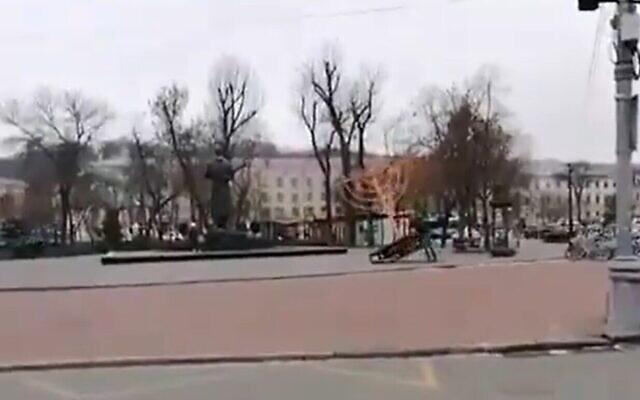 Un homme renverse la ménorah de Hanoukka dans le centre de Kiev, le 10 décembre 2020. (Capture d'écran/Twitter)