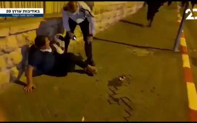 Le commandant de police Shimon Marciano et le jeune garçon qu'il a poussé vers un mur lors d'une manifestation ultra-orthodoxe à Jérusalem, le 4 octobre 2020. (Capture d'écran : Twitter)
