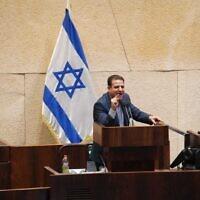 Le président de la Liste arabe unie Ayman Odeh (Hadash) s'adresse à la Knesset lors d'un vote de dissolution du gouvernement israélien, le 2 décembre 2020. (Crédit : Porte-parole de la Knesset)