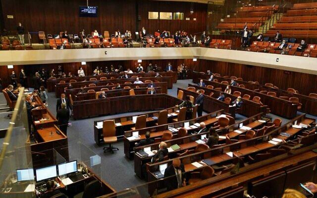 La Knesset vote une première lecture d'un projet de loi visant à dissoudre le gouvernement, le 2 décembre 2020. (Crédit : Porte-parole de la Knesset)
