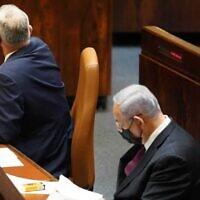 Le dirigeant du parti Kakhol lavan, Benny Gantz (à gauche), tourne le dos au Premier ministre Benjamin Netanyahu alors que la Knesset approuve la lecture préliminaire d'un projet de loi visant à dissoudre le Parlement, le 2 décembre 2020. (Danny Shem-Tov / Bureau du porte-parole de la Knesset)