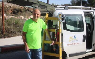 Un bénévole de Tenufa Bakehila avec le véhicule de réparation d'urgence de l'organisation, utilisé pour faire des réparations à domicile gratuitement pour ceux qui sont dans le besoin pendant le coronavirus. (Autorisation Mark Neyman/GPO)