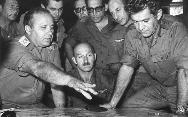 Le commandant Yizhak Hofi, (à gauche), chef du Commandement Nord de Tsahal, s'entretient avec David Elazar, chef d'état-major de Tsahal, et d'autres officiers supérieurs de Tsahal pendant la guerre de Kippour en 1973, sur une photographie non datée. (Archives du ministère de la Défense)