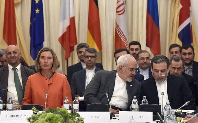 La Haute représentante de l'Union européenne pour les affaires étrangères Federica Mogherini (à gauche) et le ministre iranien des Affaires étrangères Mohammad Javad Zarif (au centre) participent à une réunion ministérielle du Plan d'action global (JCPOA) sur l'accord nucléaire iranien le 6 juillet 2018, à Vienne, en Autriche. (AFP/APA/Hans Punz)