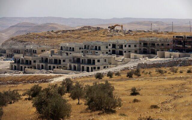 Construction de nouveaux logements dans l'implantation de Nokdim en Cisjordanie, au sud de la ville sous autorité palestinienne de Bethléem, le 13 octobre 2020. (MENAHEM KAHANA / AFP)