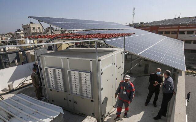 Un générateur d'eau à énergie solaire qui extrait l'eau potable directement de l'air fabriqué par Watergen, une société appartenant à un homme d'affaires russo-israélien, dans la ville palestinienne de Khan Younès, dans le sud de la bande de Gaza, le 16 novembre 2020. (Crédit : SAID KHATIB / AFP)