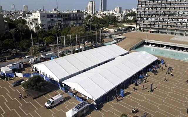 Le grand centre de vaccination sur la place Rabin de Tel Aviv, le 31 décembre 2021. (JACK GUEZ / AFP)