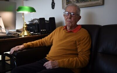 Le dernier témoin vivant du procès de Nuremberg en 1946 Yves Beigbeder, 96 ans, dans sa maison de Sauveterre-de-Bearn.. (Crédit : GAIZKA IROZ / AFP)