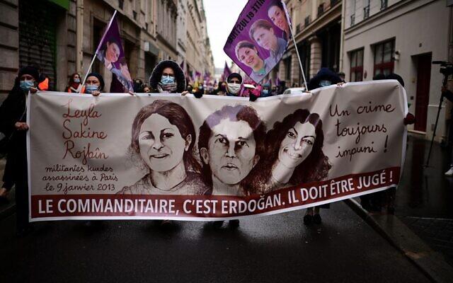 Marché commémorative à Paris pour commémorer l'assassinat des trois militantes kurdes Sakine Cansiz, Fidan Dogan et Leyla Saleymez, qui ont été abattus le 9 janvier 2013 au Centre d'information kurde de Paris. (Crédit : MARTIN BUREAU / AFP)