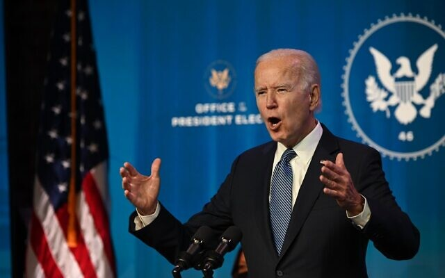 "Le président élu américain Joe Biden s'exprime au théâtre The Queen à Wilmington, Delaware, le 7 janvier 2021. Il a qualifié les manifestations au Capitole de l'un des ""jours les plus sombres"" de l'histoire des États-Unis. (JIM WATSON / AFP)"