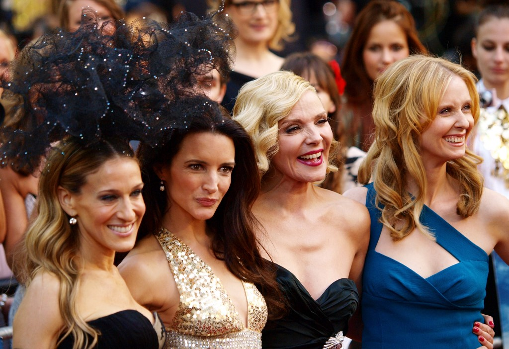 L'actrice américaine Sarah Jessica-Parker l'actrice américaine Kristin Davis l'actrice anglaise Kim Cattrall et l'actrice américaine Cynthia Nixon à leur arrivée à la première britannique de 'Sex and the City 2' à L
