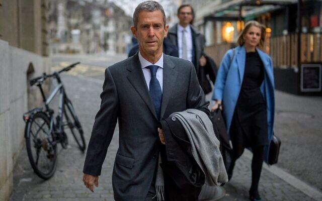 Le diamantaire Beny Steinmetz (à gauche) arrive avec ses avocats à son procès pour corruption présumée liée à des accords miniers en Guinée, le 11 janvier 2021, à Genève. (Crédit : Fabrice COFFRINI / AFP)