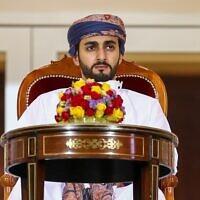 Le ministre omanais des sports Sayyid Dhi Yazan bin Haitham assiste à la finale de la Coupe du Sultan Qaboos entre Dhofar et Al-Orouba au complexe sportif de Rustaq, à l'ouest de la capitale omanaise, Mascate. (Crédit : Haitham AL-SHUKAIRI / AFP)