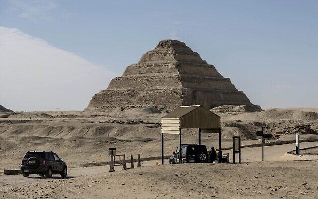 Des agents de sécurité égyptiens occupent leur poste en face de la pyramide à degrés de Djoser, dans la nécropole de Saqqara, au sud du Caire, le 17 janvier 2021. (Crédit : Khaled DESOUKI / AFP)