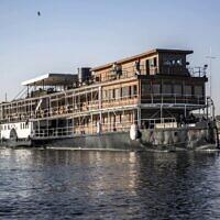 """Le navire à vapeur """"PS Sudan"""", le 3 janvier 2021, naviguant le long du Nil près de la ville d'Assouan, dans le sud de l'Égypte, à quelque 920 kilomètres au sud de la capitale, à bord duquel la romancière britannique de fiction policière Agatha Christie aurait séjourné en écrivant son roman """"Mort sur le Nil"""" (1937). Plus d'un siècle après sa première croisière sur les eaux scintillantes du Nil, le bateau attire les touristes sur les traces de la légendaire romancière. (Crédit : Khaled DESOUKI / AFP)"""