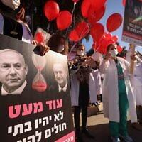 Des membres du personnel médical lors d'une manifestation devant le bureau du Premier ministre israélien Benjamin Netanyahu à Jérusalem, le 21 janvier 2021. (Emmanuel DUNAND / AFP)