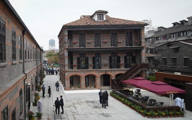 Cette photo prise le 8 décembre 2020 montre des personnes visitant le site d'une ancienne synagogue du Musée juif des réfugiés de Shanghai le jour de la réouverture du musée au public après un projet d'agrandissement à Shanghai. (Crédit : STR / AFP)
