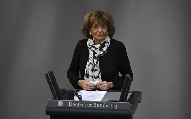 Charlotte Knobloch, vice-présidente du Congrès juif européen et du Congrès juif mondial, lors de la cérémonie marquant le 76e anniversaire de la libération du camp de la mort d'Auschwitz, à l'occasion de la Journée internationale du souvenir de l'Holocauste, le 27 janvier 2021 au Bundestag, la chambre basse du parlement, à Berlin. (Crédit : Tobias SCHWARZ / AFP)