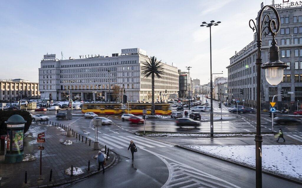 """Le palmier de Varsovie, une installation artistique nommée """"Salutations de l'avenue de Jérusalem"""", par l'artiste polonaise Joanna Rajkowska, sur un rond-point central de l'avenue de Jérusalem à Varsovie, en Pologne, le 21 janvier 2021. (Crédit : Wojtek RADWANSKI / AFP)"""