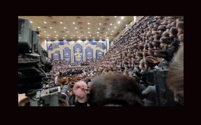 Des milliers de personnes sont réunies pour le mariage du fils du rabbin Ben Zion Halberstam, grand rabbin d'une faction de la dynastie hassidique Bobov. (Capture d'écran de WhatsApp via JTA)