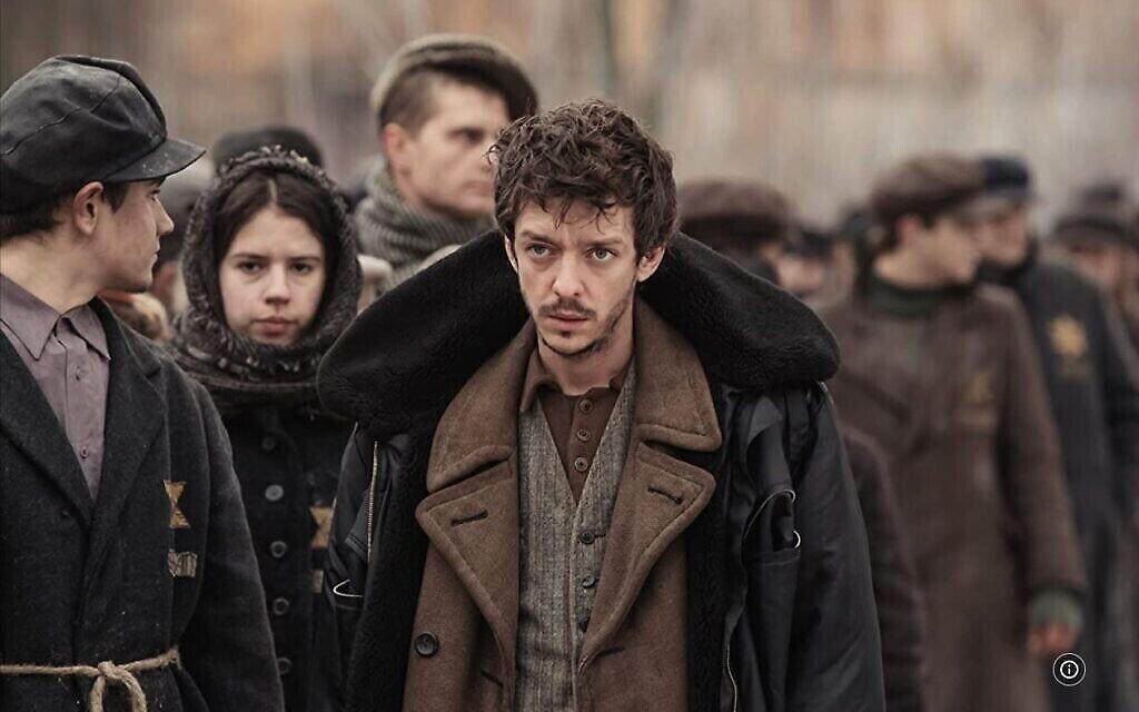 """Nahuel Perez Biscayart incarne un détenu juif dans un camp de concentration pendant le tournage en Biélorussie du film """"Persian Lessons"""" en 2019. (Autorisation de HyperFilms/ via JTA)"""