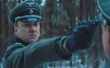 """Lars Eidinger joue le rôle d'un officier nazi dans un camp de concentration lors du tournage en Biélorussie de """"Persian Lessons"""" en 2019. (Autorisation de HyperFilms/ via JTA)"""