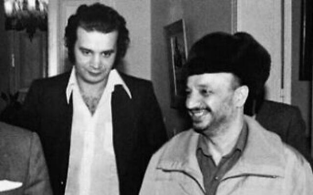 Les terroristes Ali Hassan Salameh, (à gauche), et Yasser Arafat, alors dirigeant de l'Organisation de libération de la Palestine, dans une photo non datée. (Autorisation)