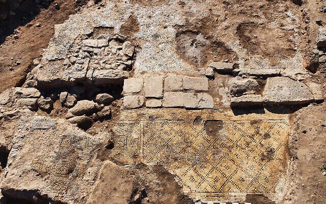 """Un bâtiment de la période islamique dans lequel une inscription grecque de la fin du 5e siècle de notre ère, """"Christ né de Marie"""", a été trouvée en usage secondaire, découvert lors de fouilles dans le village de et-Taiyiba (Taybeh) dans la vallée de la Jezréel. (Tzachi Lang/Israel Antiquities Authority)"""
