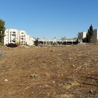 """Le site de Jérusalem qui est connu sous le nom de """"casernes d'Allenby"""" et qui devrait accueillir un second complexe appartenant à l'ambassade des Etats-Unis. (Crédit :Raphael Ahren/Times of Israel)"""