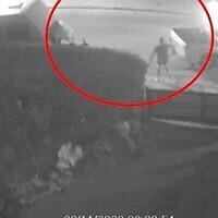 Des images des caméras de vidéosurveillance montrent Aryeh Schiff ouvrir le feu sur un cambrioleur présumé à Arad le 29 novembre 2020 (Capture d'écran : Walla)