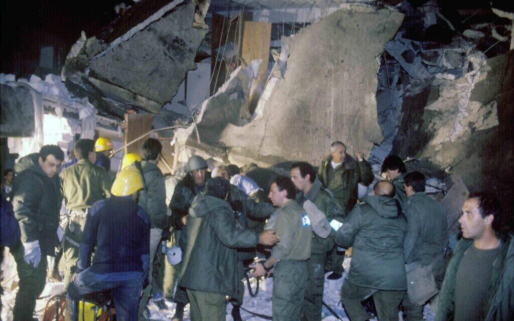 Du personnel militaire inspecte un bâtiment touché par un missile Scud tiré par l'Irak pendant la première guerre du Golfe de 1991. (Noam Wind / Archives du ministère de la Défense)
