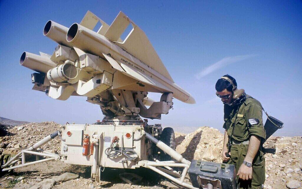 Un soldat israélien utilise un système de missiles sol-air Hawk pendant la première guerre du Golfe de 1991. (Asaf Topaz / Archives du ministère de la Défense)