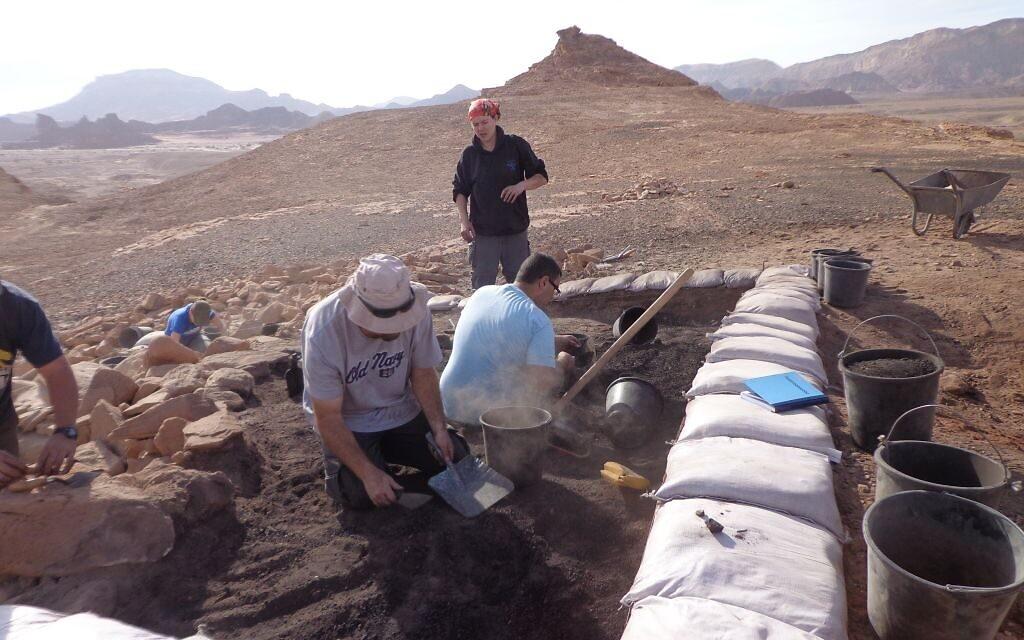 """Le site 34 des fouilles de la vallée de Timna, qui s'appelait dans le passé """"la colline des esclaves"""". Les nouvelles conclusions indiquent que les forgerons qui travaillaient sur le site bénéficiaient d'un haut statut social. (Crédit : Erez Ben-Yosef, université de Tel Aviv)"""
