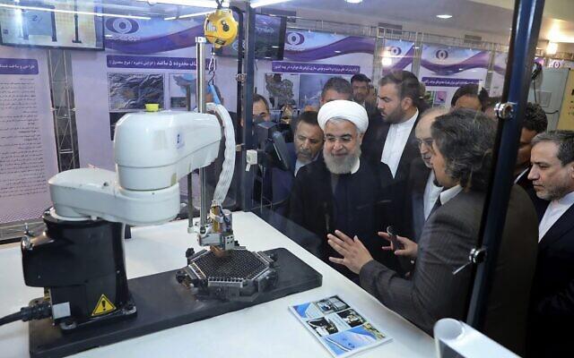 """Le président Hassan Rouhani écoute des explications sur les nouvelles réalisations nucléaires lors d'une cérémonie marquant la """"Journée nationale du nucléaire"""" à Téhéran, Iran, le 9 avril 2018. (Bureau de la présidence iranienne via AP)"""
