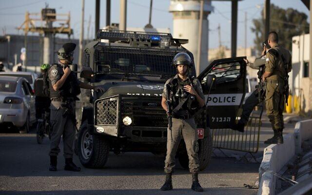 Photo d'illustration : La police des frontières se déploie au checkpoint de Qalandiya, au nord de Jérusalem, en Cisjordanie, après une attaque au couteau apparente, le 18 septembre 2019. (Crédit :AP Photo/Majdi Mohammed)