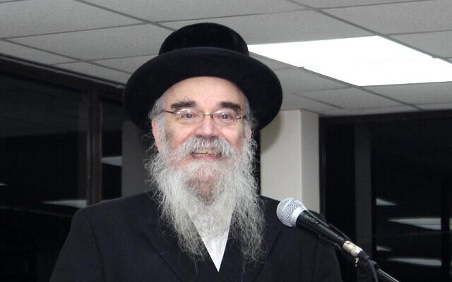 Le rabbin Avrohom Pinter lors d'un discours à   Canvey Island, dans l'Essex, au sud-est de l'Europe. (Crédit : Joel Friedman via AP)