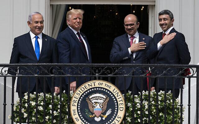 De gauche à droite : Le premier ministre Benjamin Netanyahu, le président américain Donald Trump, le ministre des Affaires étrangères du Bahreïn Abdullatif al-Zayani et le ministre des Affaires étrangères des Émirats arabes unis Abdullah bin Zayed al-Nahyan sont vus sur le balcon de la Blue Room après avoir signé les accords d'Abraham lors d'une cérémonie sur la pelouse sud de la Maison Blanche à Washington, le 15 septembre 2020. (AP Photo/Alex Brandon)