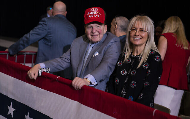 L'homme d'affaires et donateur républicain Sheldon Adelson attend l'arrivée du président Donald Trump lors d'un rassemblement de campagne au Las Vegas Convention Center à Las Vegas, le 21 février 2020. (AP Photo/Evan Vucci, File)