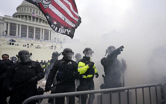 La police retient les partisans de Trump qui ont tenté de franchir une barrière policière, le 6 janvier 2021, au Capitole à Washington. (Crédit : AP Photo/Julio Cortez)