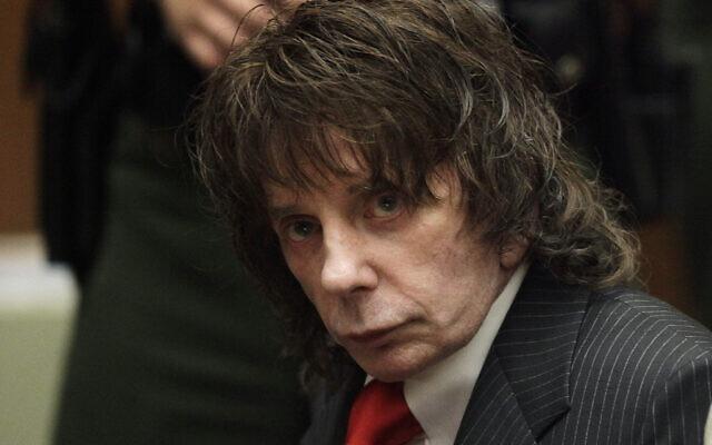 Le producteur de musique Phil Spector est assis dans une salle d'audience pour sa condamnation à Los Angeles, le 29 mai 2009. (Crédit : AP Photo/Jae C. Hong, Pool, Dossier)