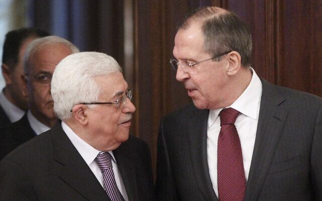 Le ministre russe des affaires étrangères, Sergueï Lavrov, à droite, accueille le président de l'Autorité palestinienne, Mahmoud Abbas, à Moscou, le 20 janvier 2012. (Crédit : AP Photo/ Mikhail Metzel)