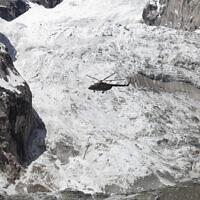 Illustration - Un hélicoptère de l'armée pakistanaise survole le site d'une avalanche au-dessus du camp de Gayari, le 18 avril 2012 (Crédit : AP Photo/B.K. Bangash)